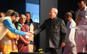 Shri Pranab Mukherjee, Honourable President of India, arrives on stage and is greeted by Shri Prakash Javadekar, Honourable Union Minister of Human Resource Development (left)